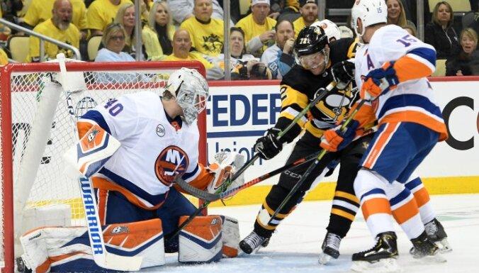 'Penguins' pēdējā brīdī atstāj Bļugeru rezervē un arī trešajā sērijas mačā zaudē 'Islanders'