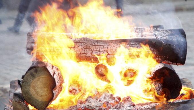 Pieci cilvēki guvuši apdegumus, lecot pāri ugunskuram