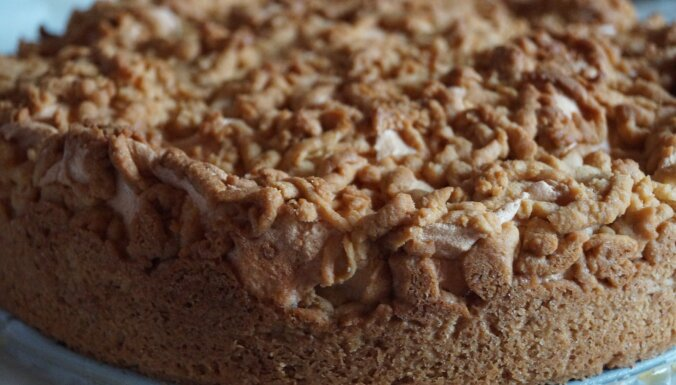 Rabarberu kūka 'Sapnis' ar bezē un rīvētām drumstalām
