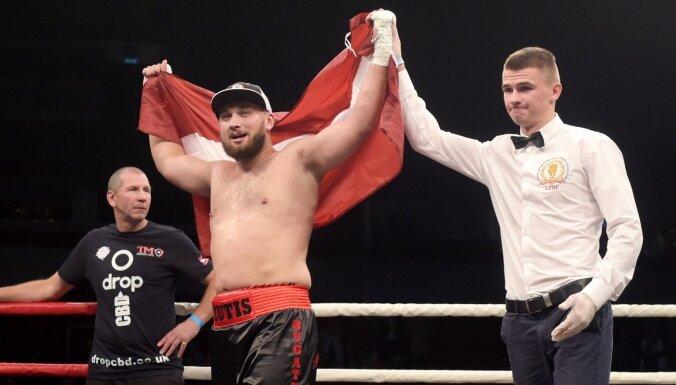 ФОТО: Латвийский боксер Зутис первым же ударом нокаутировал бывшего чемпиона WBO