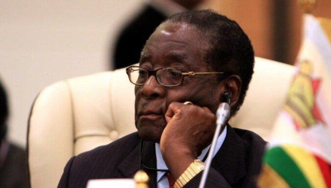 Zimbabves prezidents Mugabe ticies ar žurnālistiem