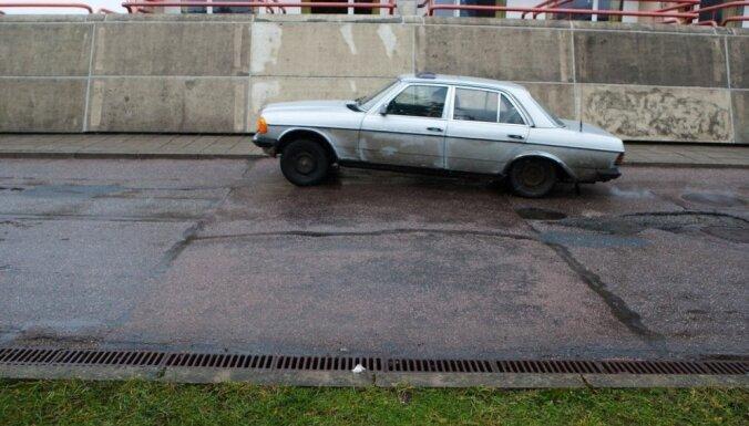 Pašvaldībām pamestās automašīnas būs jāpārvieto uz speciālu stāvvietu