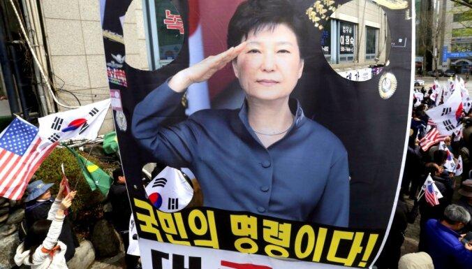 Korupcijā apsūdzētā Dienvidkorejas eksprezidente saņem smagu cietumsodu