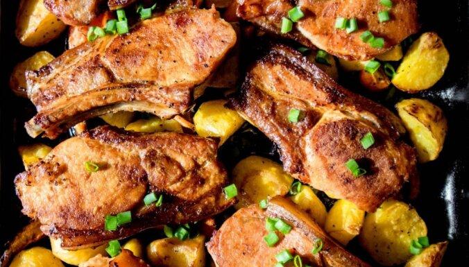 Cepeškrāsnī cepta marinēta cūkgaļa ar kartupeļiem