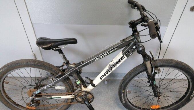 ФОТО. Задержаны грабители, нападавшие на женщин в Плявниеках, у них изъяли велосипеды