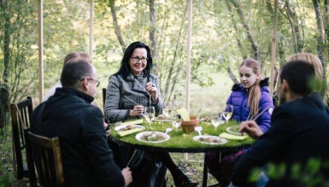 Foto: Gundegas Skudriņas gastronomiskā performance ziedonī