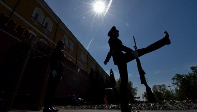 ASV un ES politiķi Rīgā vienojas pastiprināt sankcijas pret Krieviju, konfliktam eskalējot