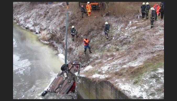 Трагедия под Елгавой: автомобиль съехал в реку, двое погибших