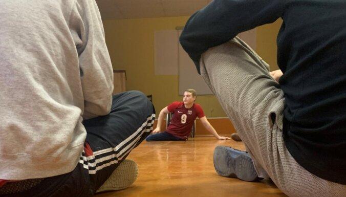 Sienā ieblieztās futbola bumbas – Latvijas labākā sociālā darbiniece strādā cietumā