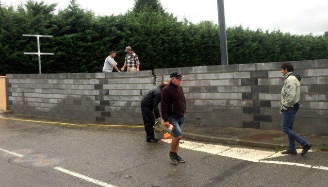 Francijā aktīvisti ap potenciālo imigrantu patversmi uzbūvē mūri