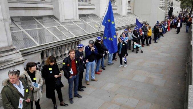 'Brexit' protestētāji izveido cilvēku ķēdi pie Lielbritānijas premjeres biroja
