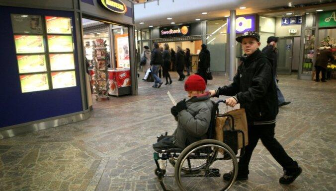 'Eurostat': nabadzība un sociālā atstumtība Latvijā draud 43,6% bērnu