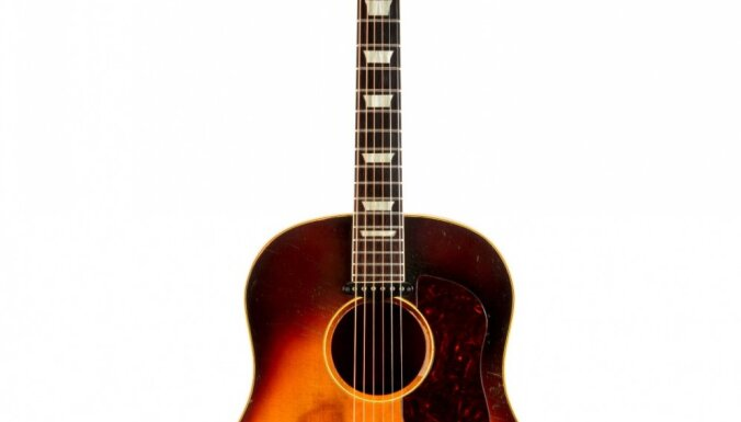 Пропавшая гитара Джона Леннона продана за 2,4 млн долларов