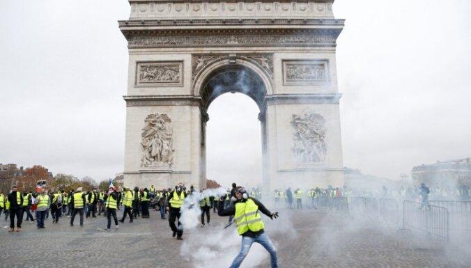 'Dzelteno vestu' un policijas sadursmēs Francijā arestēti 122 cilvēki