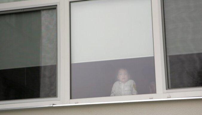 В Риге трехлетний ребенок выпал из окна третьего этажа