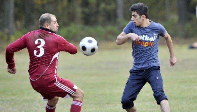 ФОТО: депутаты и беженцы сыграли в Муцениеки в футбол
