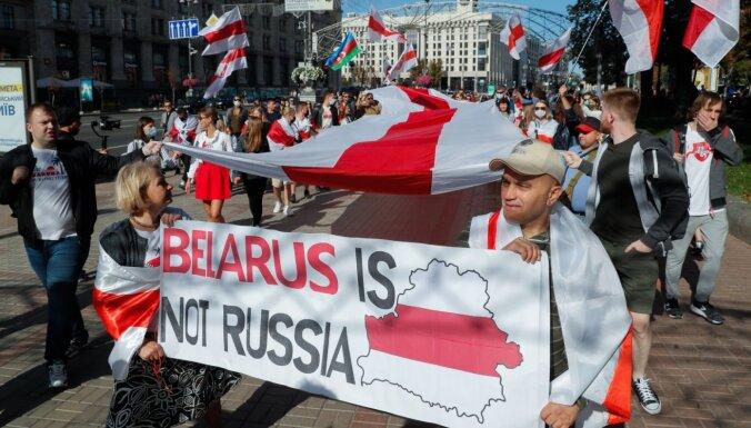 'Krāsaino revolūciju draudi' – kā Lukašenko sēj šaubas un piespēlē Kremlim