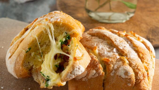 Ķiploku maize ar sieru un bekonu