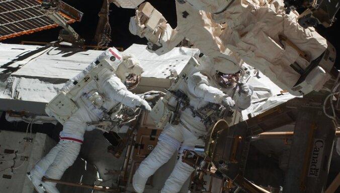 NASA astronauti Roberts Benkens un Nikolas Patriks uzstāda kupolu ar logiem, kas no kosmosa stacijas pavērs skatu uz zemi.