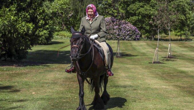 Елизавета II впервые за время изоляции появилась на публике — верхом на горном пони