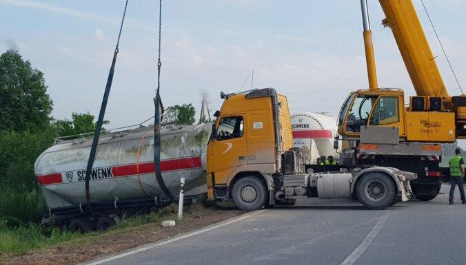 Foto: Izvairoties no sadursmes, no ceļa nobrauc cementa vedējs
