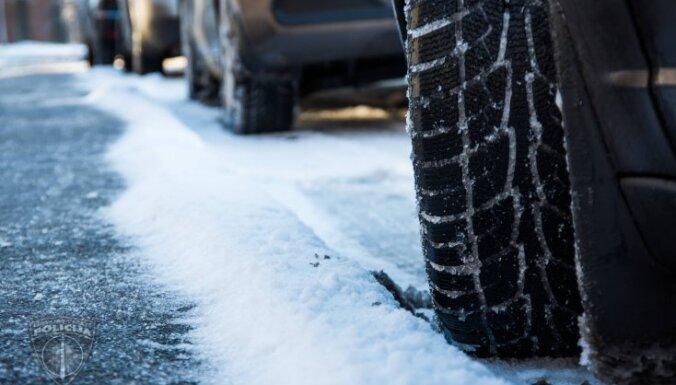 Policija aicina autovadītājus nesteigties ar ziemas riepu nomaiņu