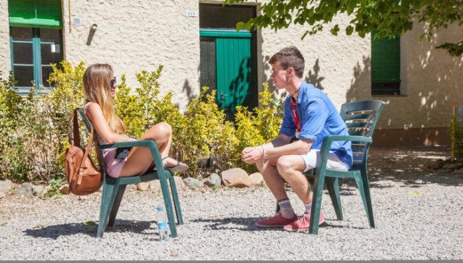 No simpātiju izrādīšanas līdz pirmajai tuvībai: kā ar bērniem runāt par attiecībām