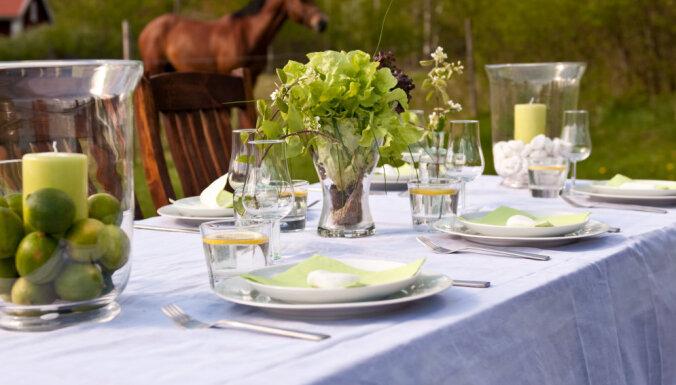 Ēdam ārā! Idejas, kā skaisti un ērti ieturēt maltīti uz terases vai dārzā