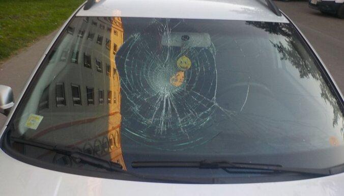 Ziepniekkalnā agresīvs jaunietis sadauza svešai automašīnai stiklu