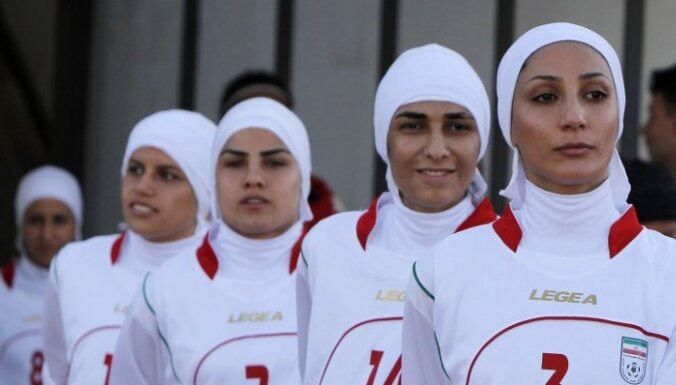 Иранкам запретили смотреть футбол в компании мужчин