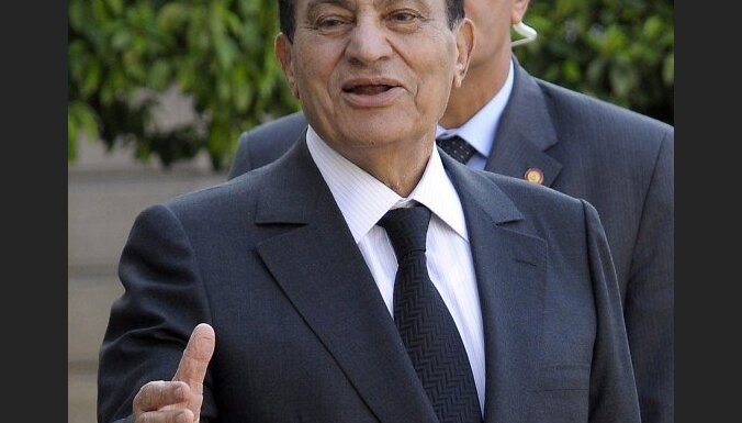 epa02237787 Egyptian President Hosni Mubarak talks to the press at Elysee Palace, in Paris, France, 05 July 2010, after meeting with French President Nicolas Sarkozy. Both dignitaries discussed bilateral and regional issues, and the Middle East peace proc