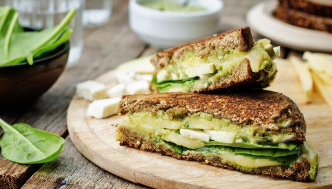 Sendvičs ar avokado, pesto un sieru