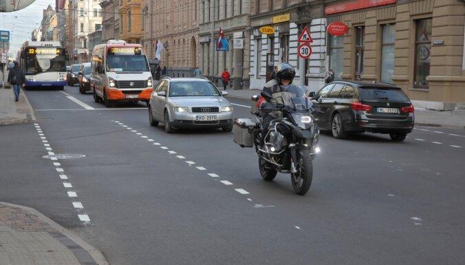 Velosipēdisti sākuši lietot Čaka ielas velojoslas; domē sola – tās nebūs pēdējās
