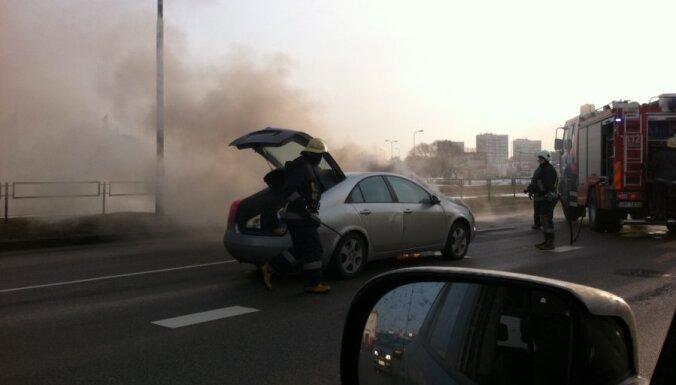 Degoša auto dēļ ierobežo satiksmi Krasta ielā