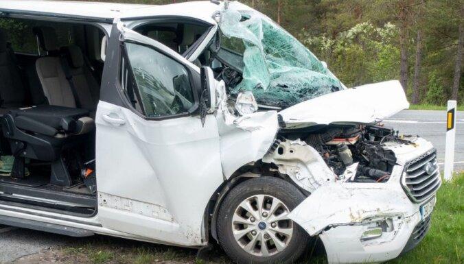 На Сааремаа микроавтобус с детьми врезался в грузовик, двух подростков доставили в больницу