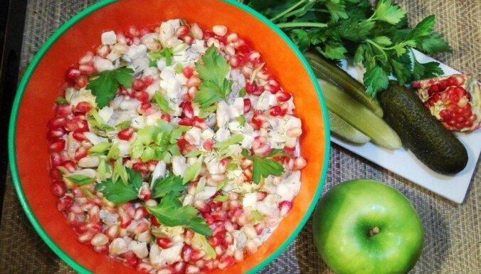 Pupiņu salāti ar siļķi un granātābolu sēkliņām