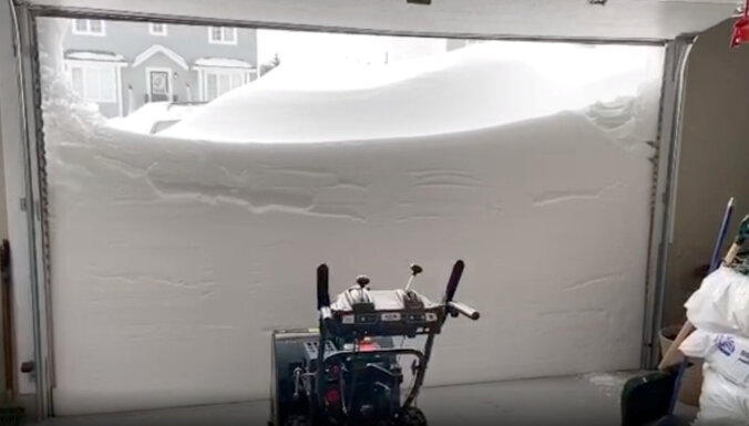 Foto: Kanādas piekrastes reģionā sniegs sakritis gubu gubām