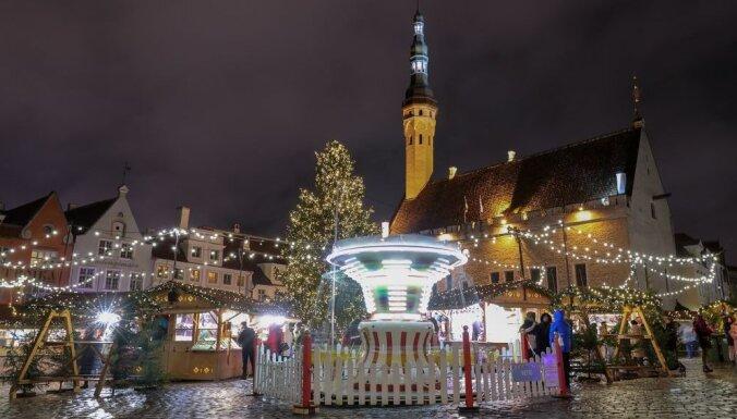 ФОТО. С рождественским рынком и без: Как выглядят в этом году новогодние елки в Вильнюсе и Таллине