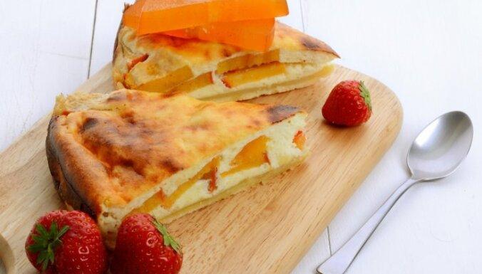 Пирог с творогом и хурмой