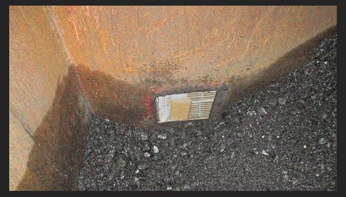 ФОТО. В вагонах с углем нашли 9 тайников с контрабандой