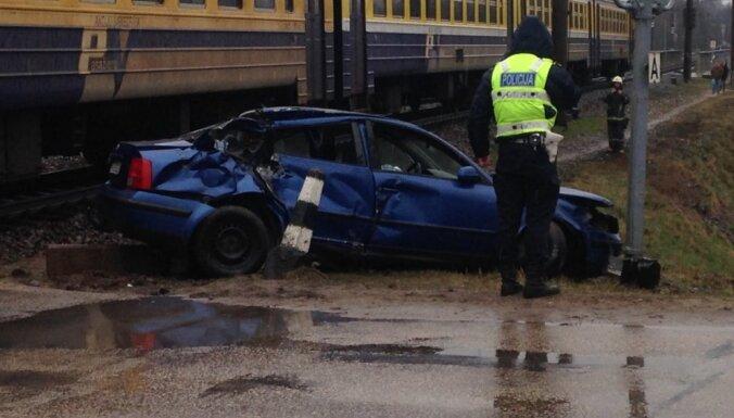 ЧП на железнодорожном переезде в Огре: поезд столкнулся с автомобилем