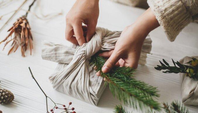 Kad dāvanu papīrs nav iegādāts: piecas ašas idejas no tā, kas atrodams mājās