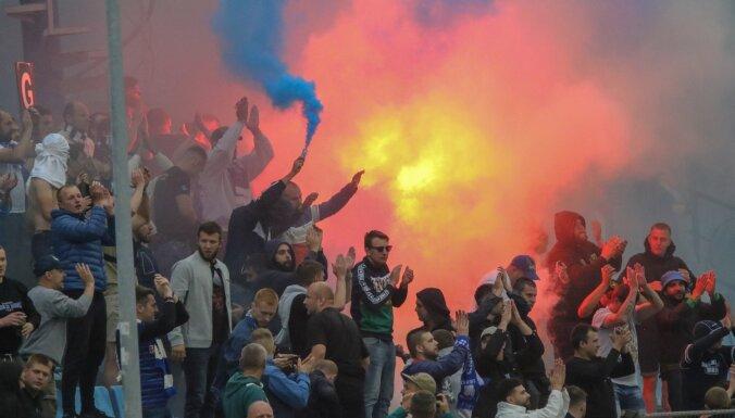 Video: Liepājā nekārtības sarīko Minskas 'Dinamo' futbola fani