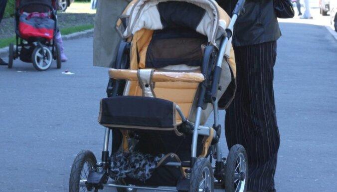 Пьяная мать упала на коляску с ребенком