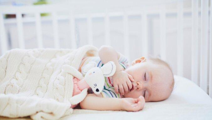No vecāku gultas uz savu: mācām mazulim čučēt atsevišķi