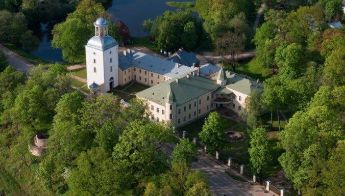 Aristokrātiska ziemas pasaka tepat Latvijā: pilis un muižas svētku rotā