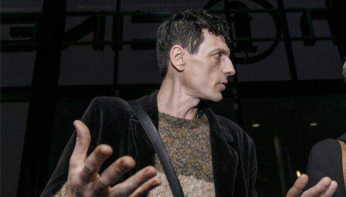 Policija sāk vairākus procesus par notikumiem Liepājā; Rīgā iecirknī nogādā aktīvistu Robertu Klimoviču (precizēts)