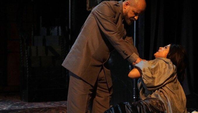 Foto: Džilindžers iestudējis drāmu 'Kareņins' ar Ģirtu Ķesteri titullomā
