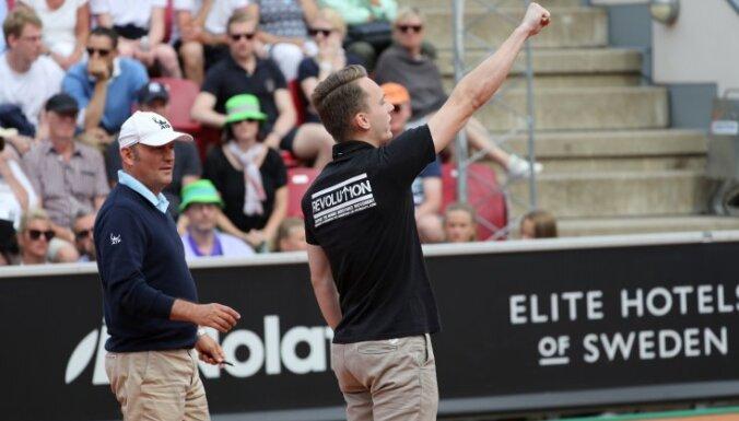 Мужчина на теннисном матче вышел на корт и выкрикнул нацистский лозунг
