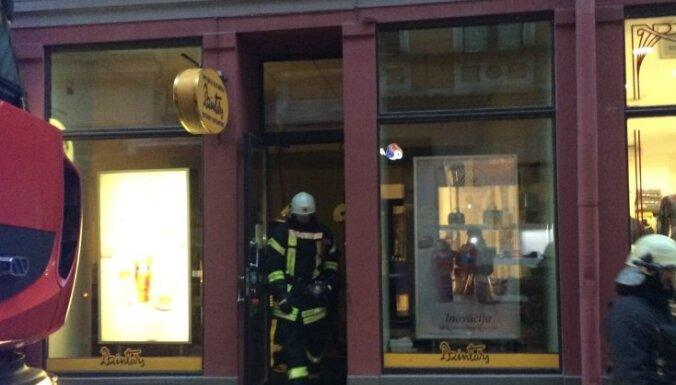 Foto: Ugunsdzēsēji no liesmām glābj 'Dzintara' veikalu Vecrīgā